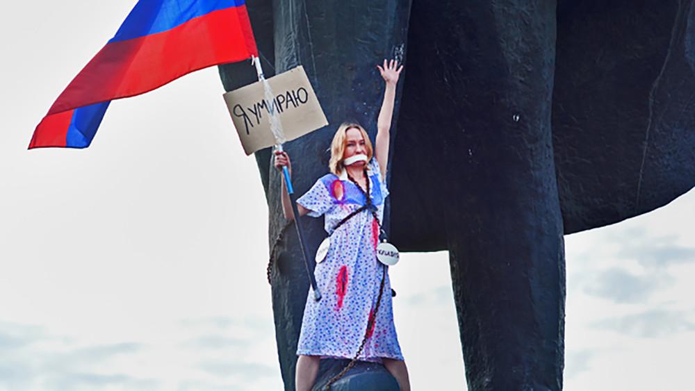 ВНовосибирске девушка стриколором приковала себя цепями кпамятнику Ленина