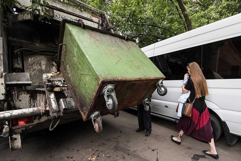 Вывоз мусора. Фото: Сергей Савостьянов/ ТАСС