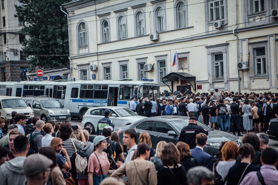 Акция вподдержку Кирилла Серебренникова уБасманного суда