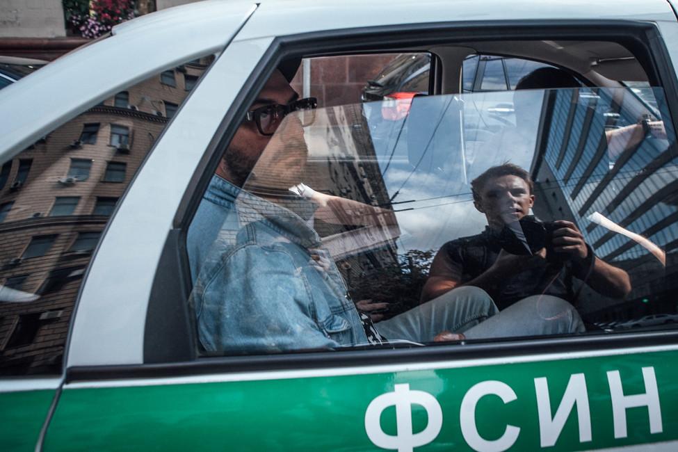 Кирилл Серебренников вмашине ФСИНа после судебного заседания