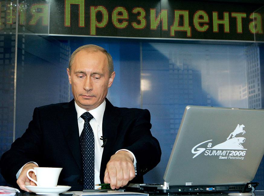 Президент России Владимир Путин вовремя интернет-конференции вКремле, 2006год. Фото: Дмитрий Астахов/ ТАСС