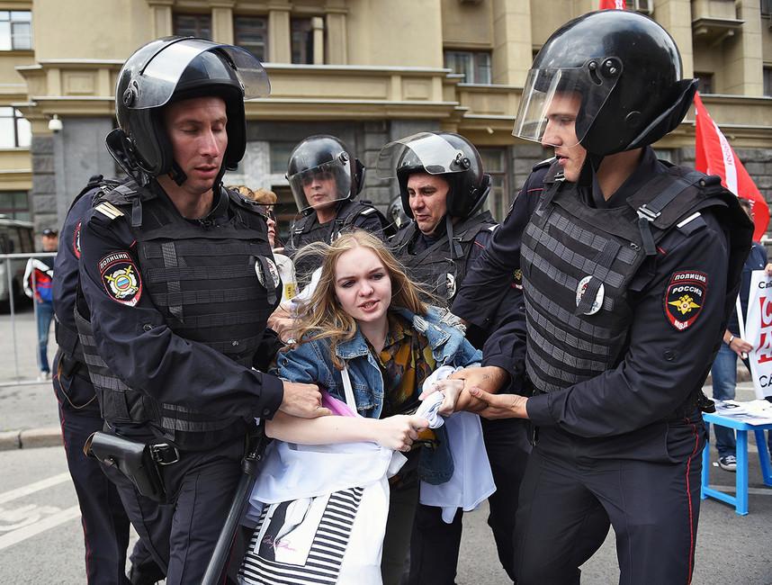 Сотрудники полиции вовремя задержания участников митинга «Засвободный интернет» напроспекте Академика Сахарова. Фото: Антон Белицкий/ Коммерсантъ