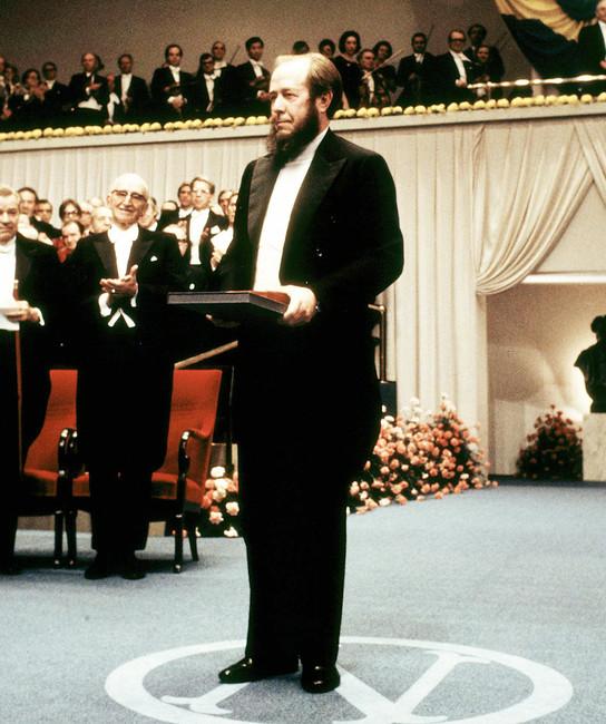 Александр Солженицын вовремя церемонии вручения Нобелевской премии. Фото: Ollf Lindeborg/ Scanpix Sweden/ AFP