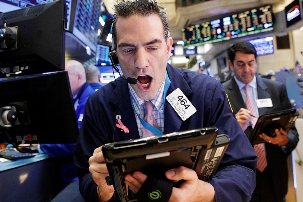 Трейдер вовремя работы нафондовой бирже вНью-Йорке. Фото: Brendan McDermid/ Reuters
