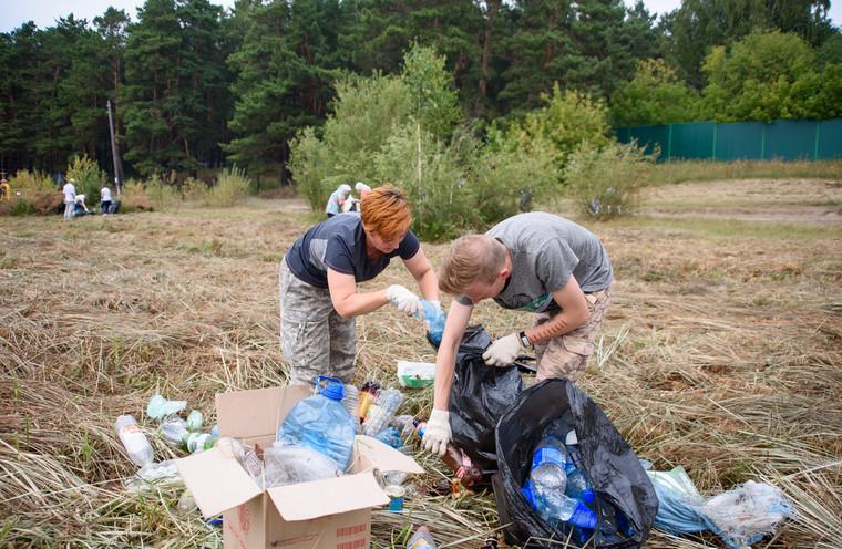 ВТюмени члены «Молодой гвардии» ради пиара завалили озеро мусором, апотом его убрали