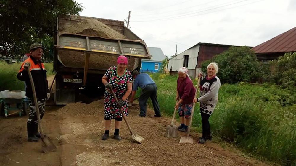 Уральские пенсионерки самостоятельно отремонтировали дорогу всвоем селе