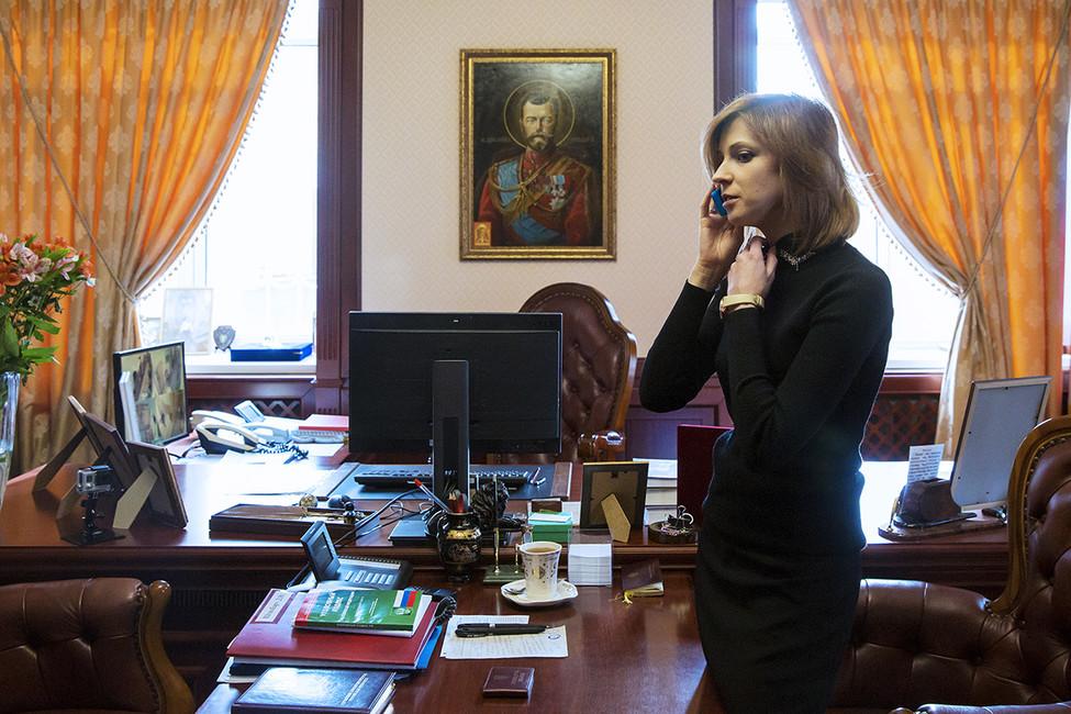 Наталья Поклонская всвоем рабочем кабинете, где висит икона Николая II. Фото: Руслан Шамуков/ ТАСС