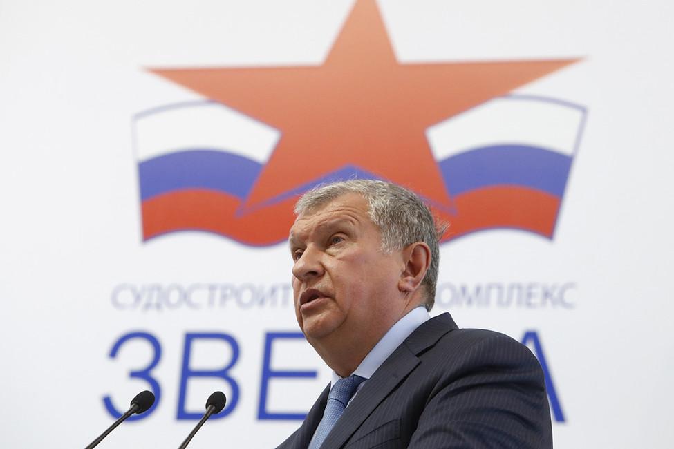 Сечин назвал «профессиональным кретинизмом» оглашение прокурором его разговора сУлюкаевым