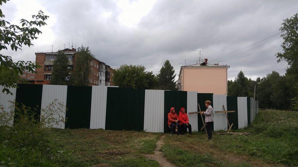 ВИркутске протестующих бабушек унесли наруках. Неизвестные разогнали митинг жильцов, недовольных застройкой