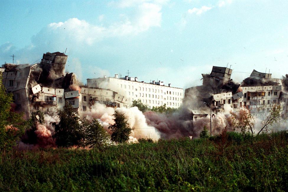 Подрыв дома 19на улице Гурьянова специалистами МЧС, 1999год. Фото: Антон Денисов/ ТАСС