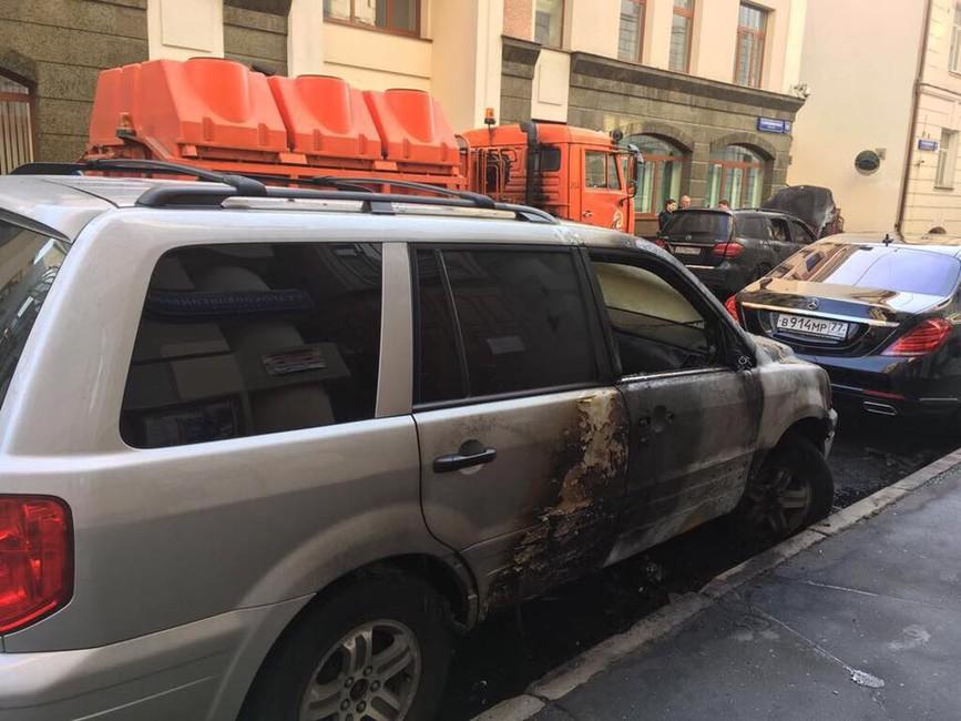 ВМоскве около офиса адвоката режиссера Учителя подожгли две машины