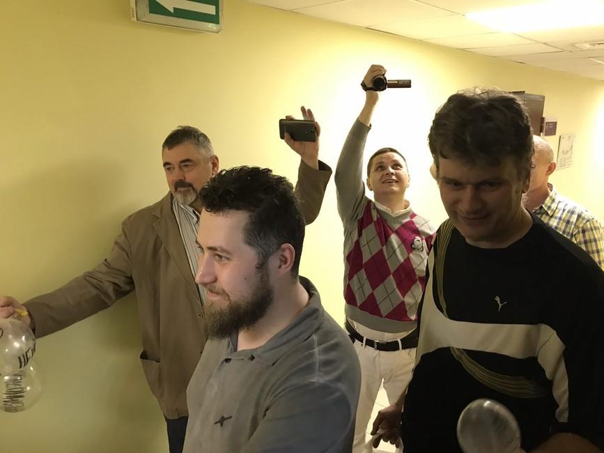 Активисты НОД иSERB провели акцию спрезервативами возле офиса «Открытой России»