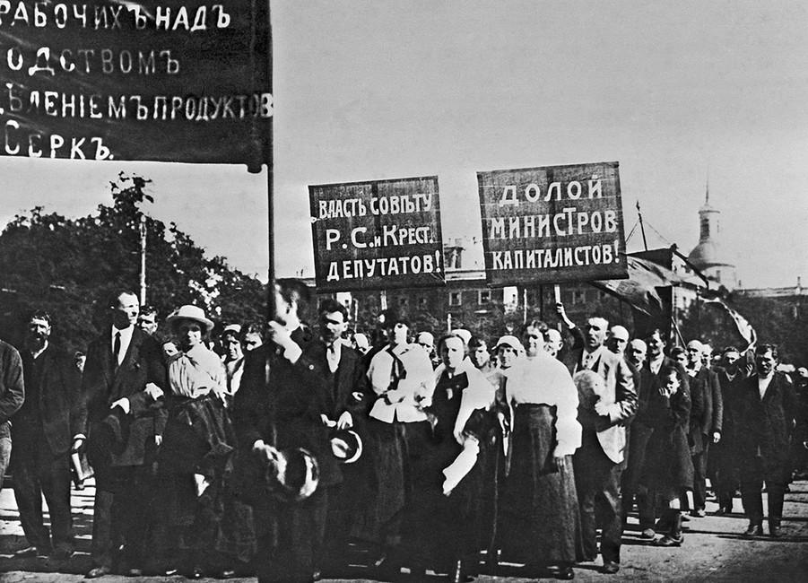 Рабочие наиюльской демонстрации 1917года. Фотохроника ТАСС
