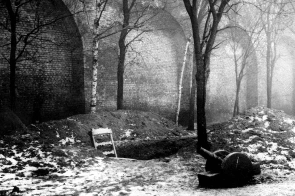 Могилы жертв революции уКремлевской стены, октябрь 1917года. Фото А. Дорна. Репродукция фотохроники ТАСС.