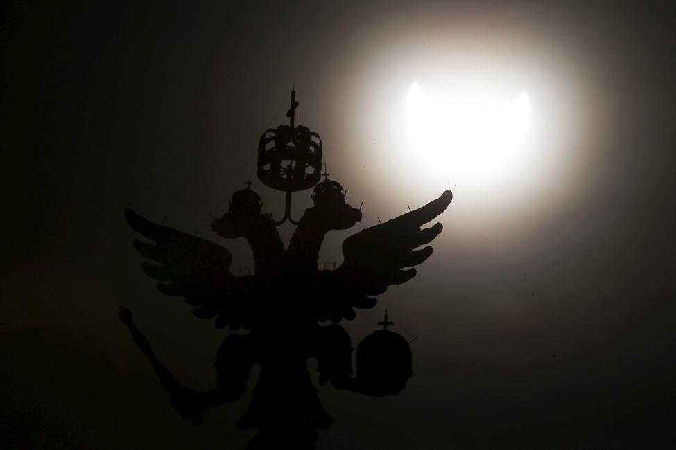 Солнечное затмение нафоне башни Кремля. Фото: Максим Змееев/ Reuters