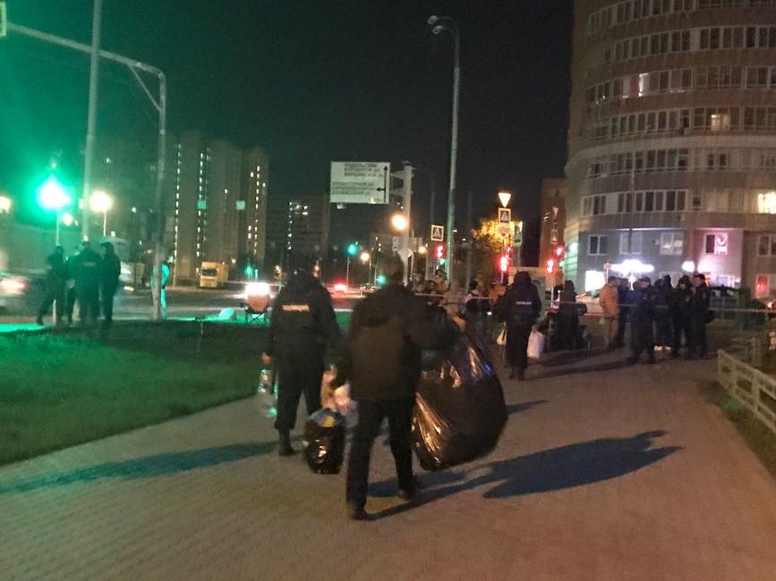 Сотрудники полиции уносят палатки сместа акции дольщиков. Фото: дольщики ЖК«Царицыно»