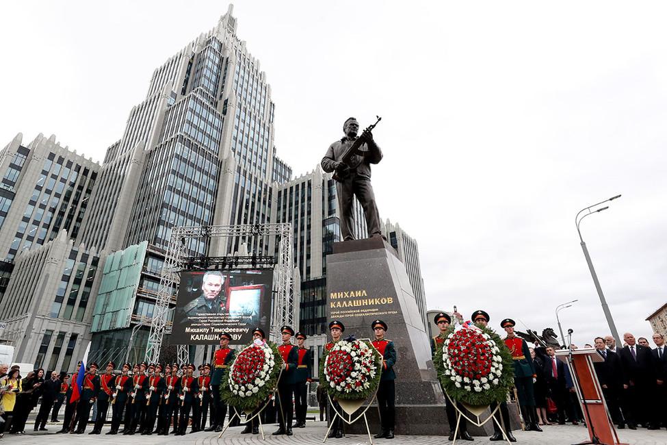 ВМоскве вовремя открытия памятника Калашникову задержали активиста заантивоенный пикет