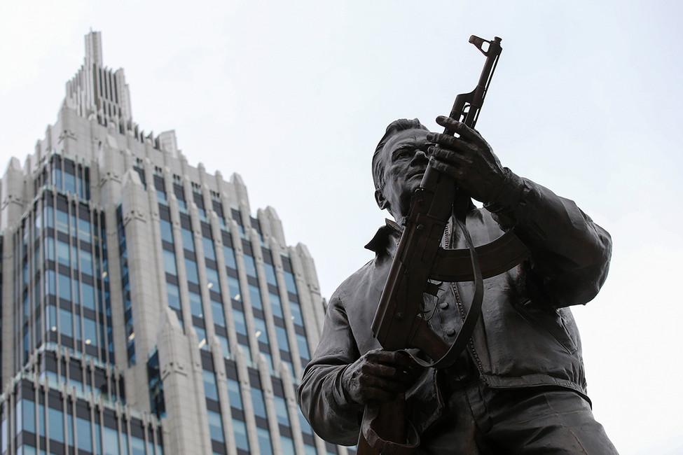 <p>&laquo;Позор бездарному лицемерному скульптору&raquo;: как в&nbsp;фейсбуке отреагировали на&nbsp;открытие памятника Калашникову</p>