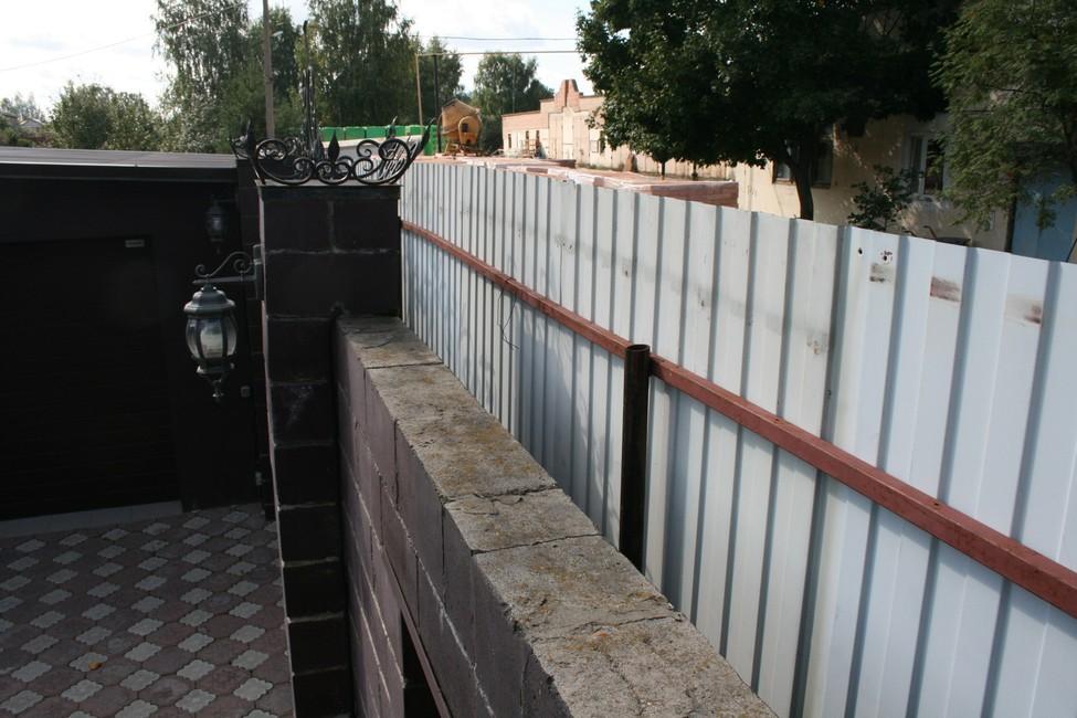 «Убью каждого, кто выйдет! Уроды!» Директор рязанского санатория замуровала забором жителей села Заборье