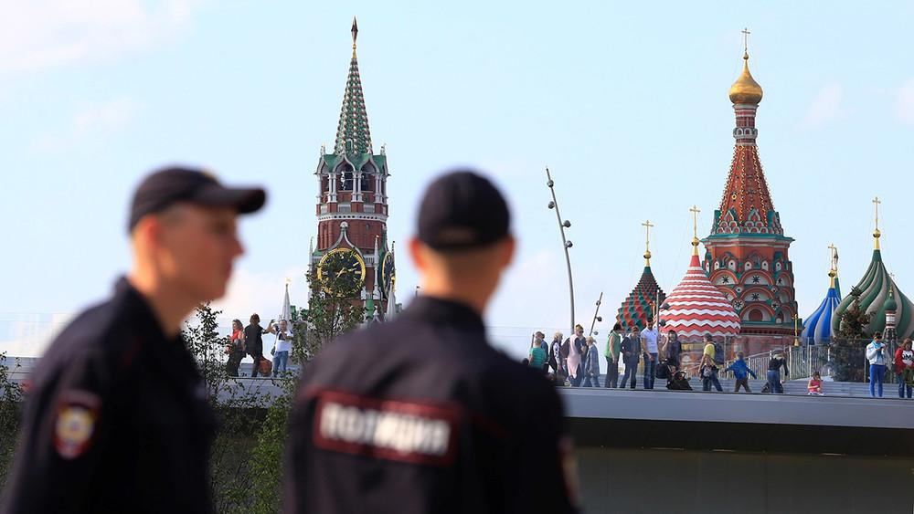 «Если пикнешь, тебе п...ц!» В«Зарядье» полицейские подбросили наркотики петербурженке