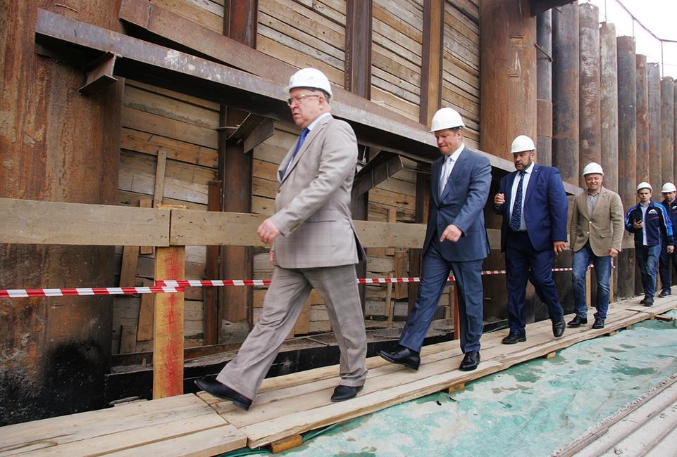 Валерий Шанцев (слева) вовремя инспекции строящейся станции метро «Стрелка» вНижнем Новгороде. Фото:  Роман Яровицын/ Коммерсантъ