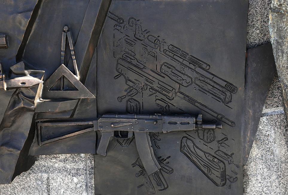 Фрагмент памятника Михаилу Калашникову cошибкой вчертеже. Фото: Михаил Почуев/ ТАСС