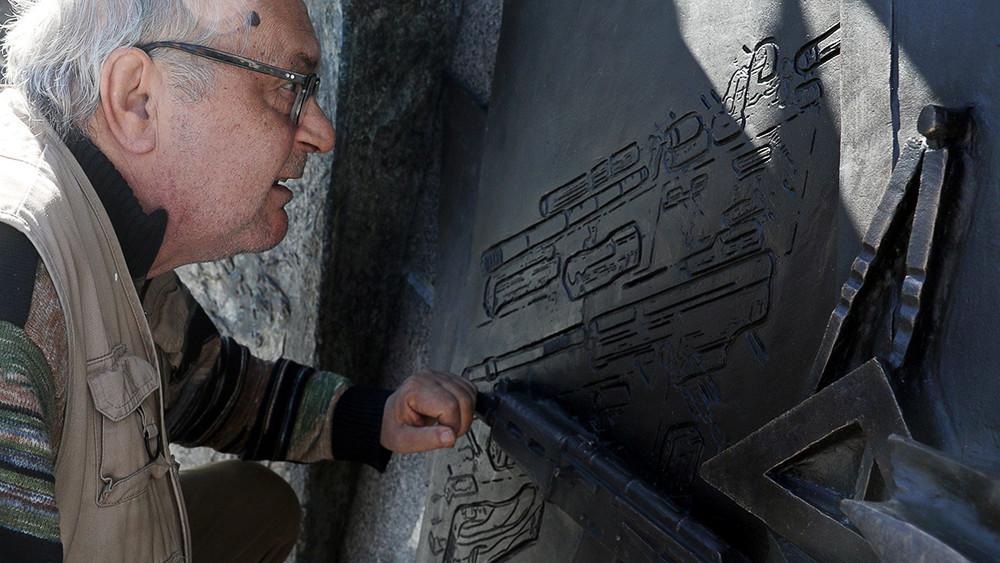 «Мозгов нехватает для умного суждения»: работник студии Салавата Щербакова— оскандале сосхемой нацистского автомата
