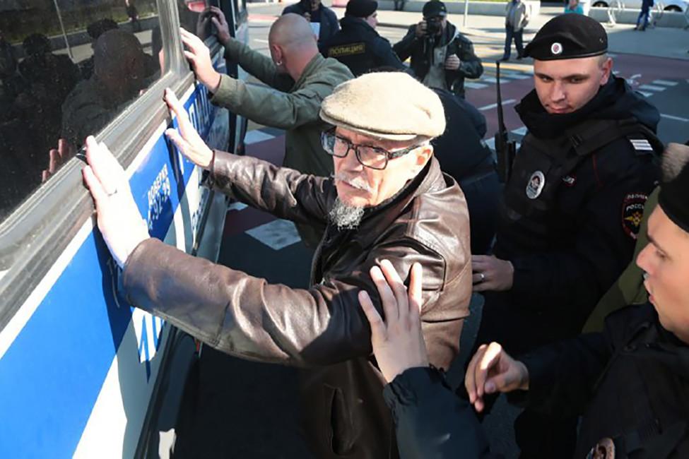 Задержание Эдуарда Лимонова намарше «Антикапитализм-2017». Фото: antimaidan.ru