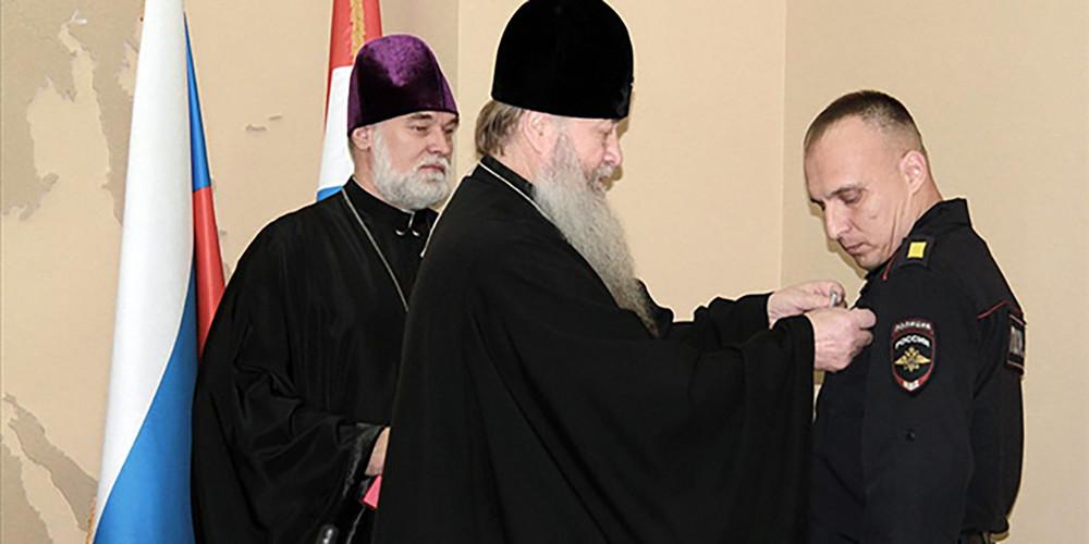 РПЦ наградила сотрудников Росгвардии запоимку напавшего стопором напамятник НиколаюII