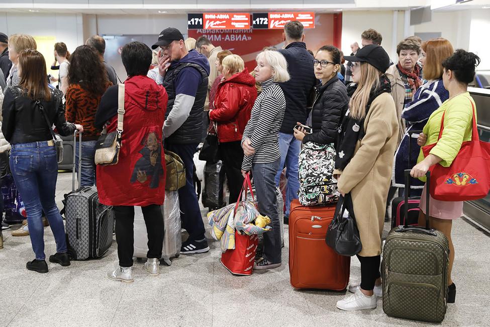Пассажиры задержанных рейсов авиакомпании «ВИМ-Авиа» ваэропорту Домодедово, 26сентября 2017года. Михаил Джапаридзе/ТАСС