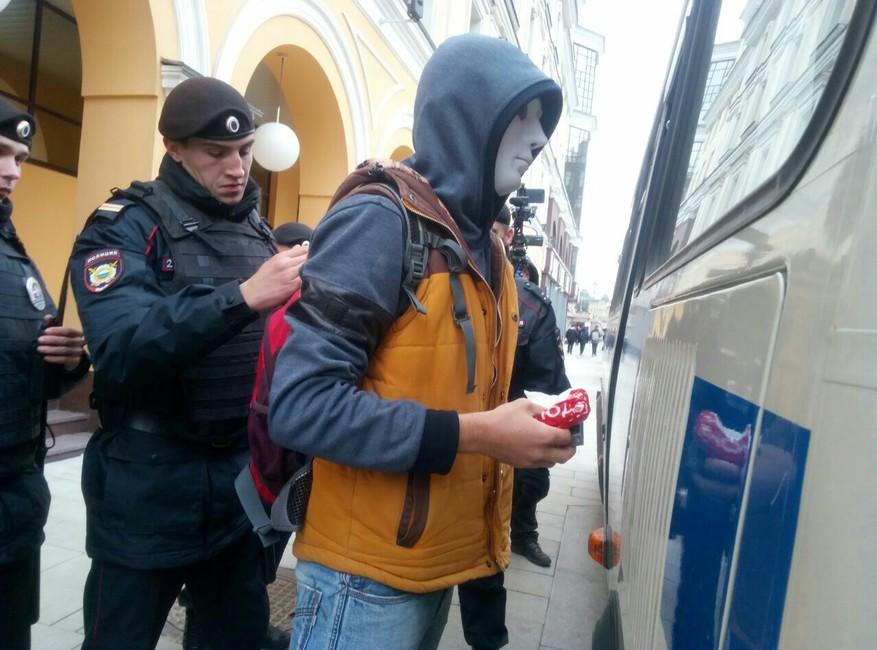 Задержание заношение маски напубличном мероприятии. Фото: телеграм-канал «Новая эпоха»
