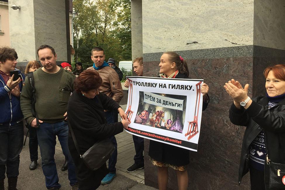 «Тролли, мывам денюжку принесли»: вПетербурге прошла акция засвободный YouTube