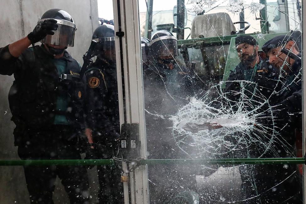Полиция блокирует избирательный участок, 1октября 2017года. Фото: Juan Medina/ Reuters