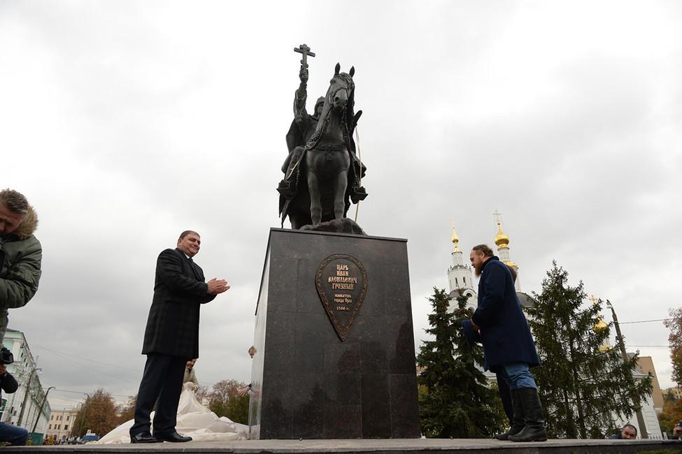 Вадим Потомский (слева) вовремя церемонии открытия памятника Ивану Грозному. . Фото: Олег Харсеев/ Коммерсантъ