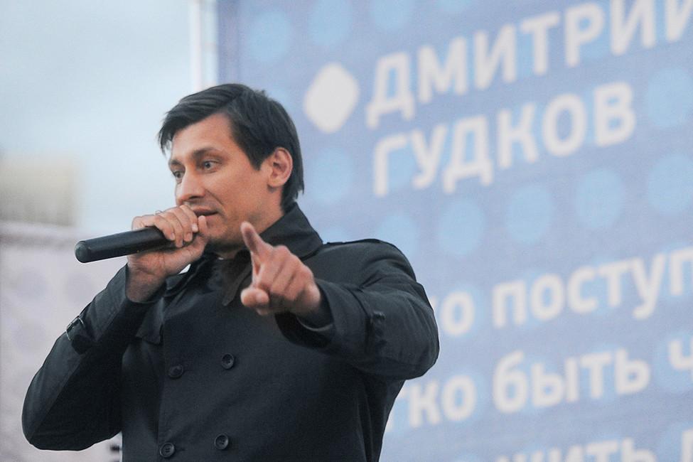 Дмитрий Гудков вовремя встречи сизбирателями. Фото: Антон Белицкий/ Коммерсантъ