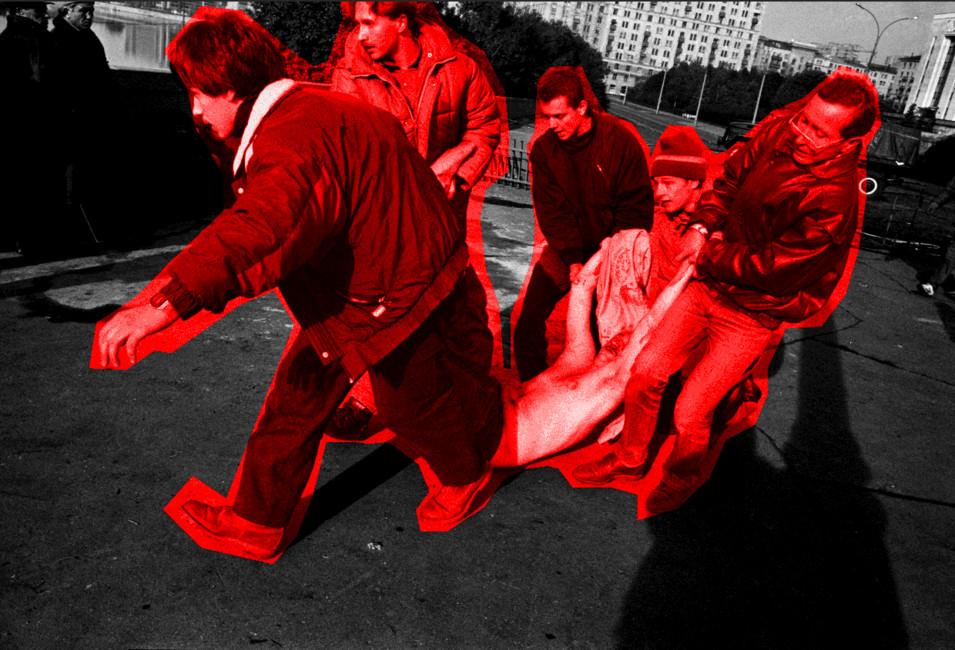 Пострадавший вовремя штурма Белого дома, 4октября 1993года. Иллюстрация: Открытая Россия