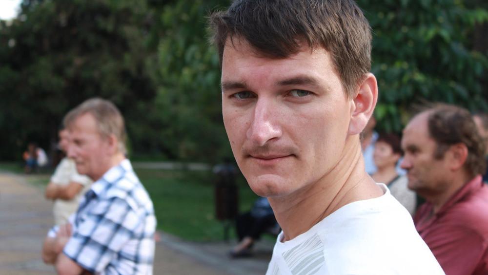 Блогер изСочи получил 3суток ареста после того, как снял навидео нахамившего ему чиновника администрации