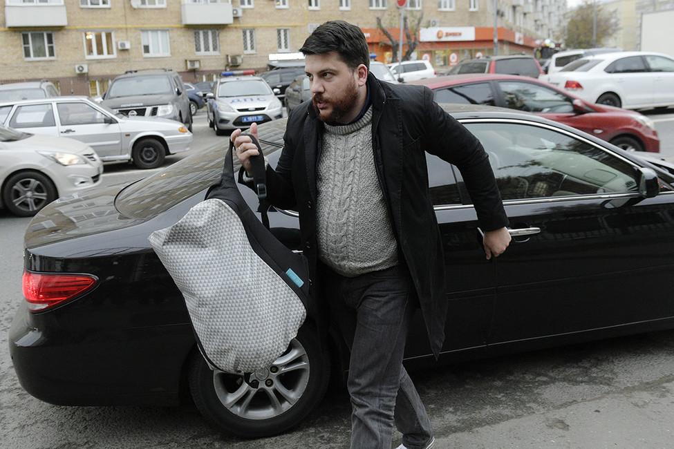 Главу штаба Навального Леонида Волкова выпустили из-под ареста