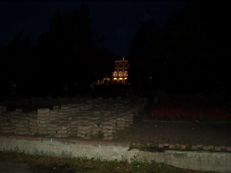 ВУльяновске задень доакции против цементного завода наместе его проведения начали менять плитку