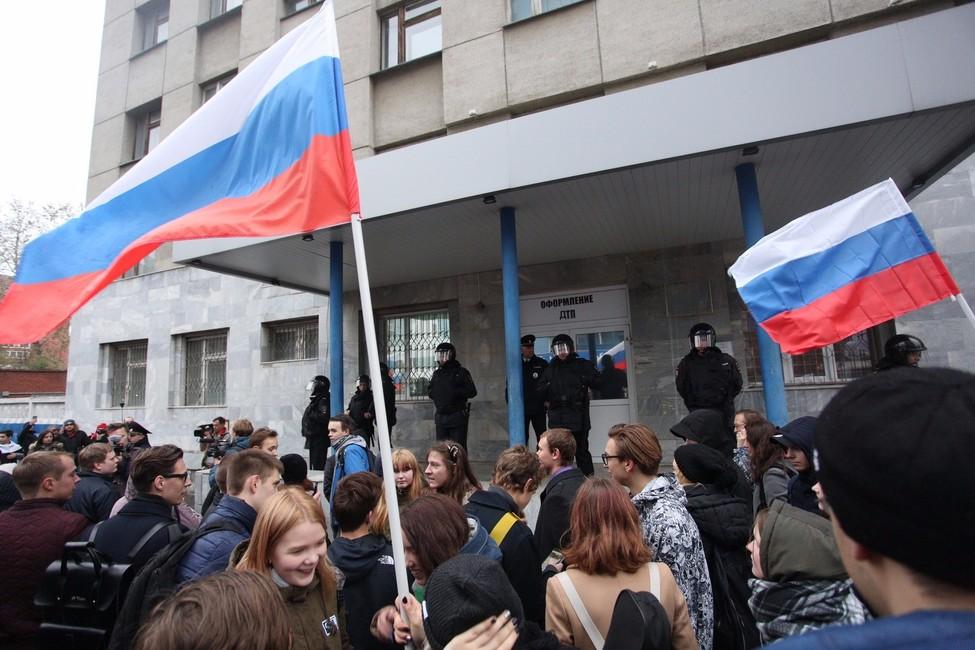 Участники акции около полицейского отделения. Фото: Яромир Романов/ Znak.com
