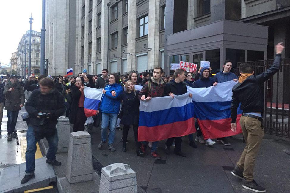 Сторонники Алексея Навального около Госдумы. Фото: Открытая Россия