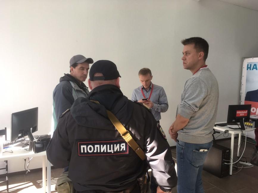 Полиция всаратовском штабе Навального. Фото: Василий Зажигай