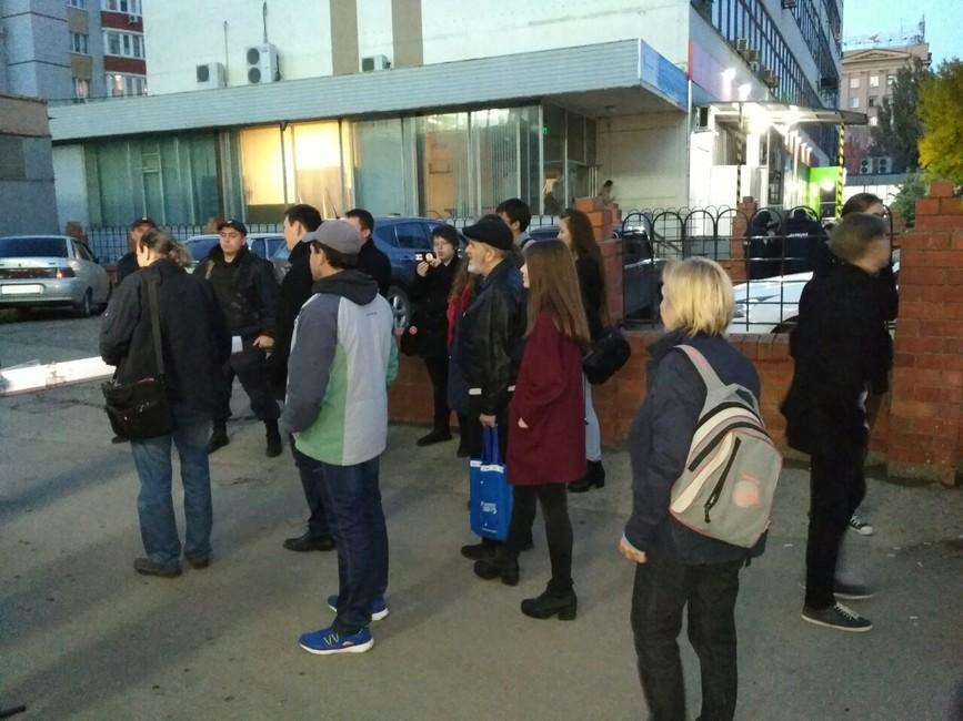 Сторонники Навального возле ОВД №6в Саратове. Фото: «Команда Навального| Саратов»