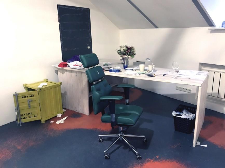 Вкабинете главного редактора после обыска остались только тумбочка без документов, стол без компьютера истул