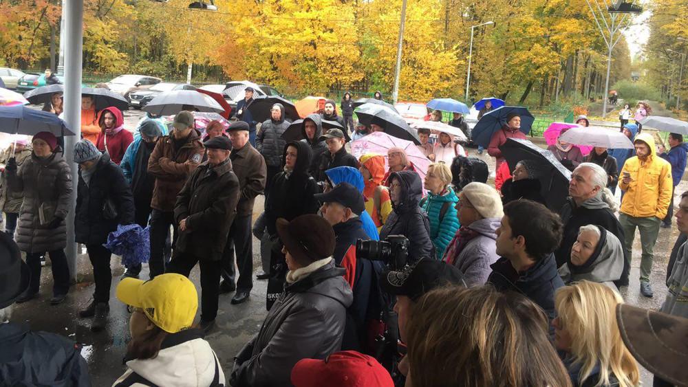 ВМоскве прошел народный сход против вырубки деревьев вФилевском парке