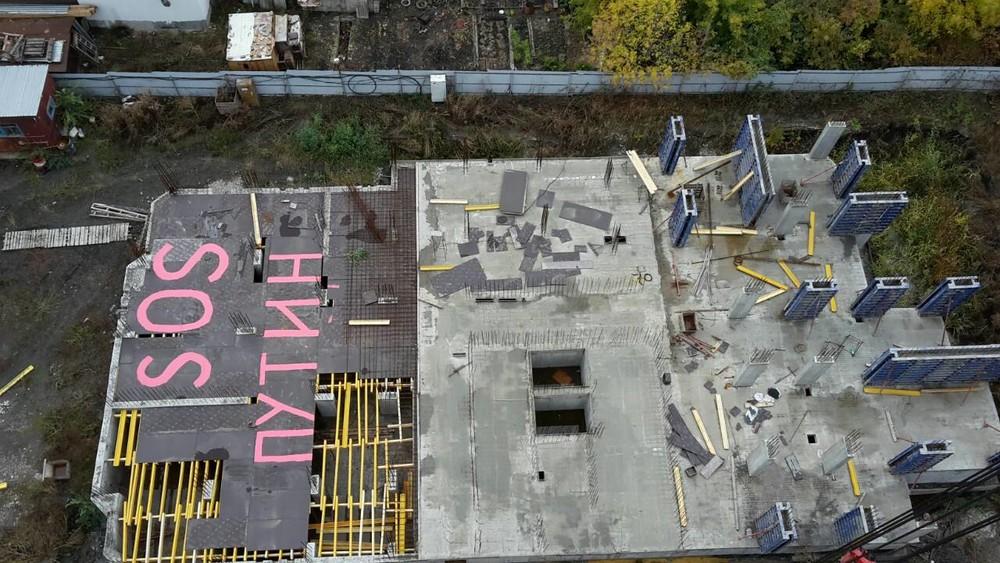 ВСаратове обманутые дольщики написали накрыше недостроенного дома «SOS Путин»