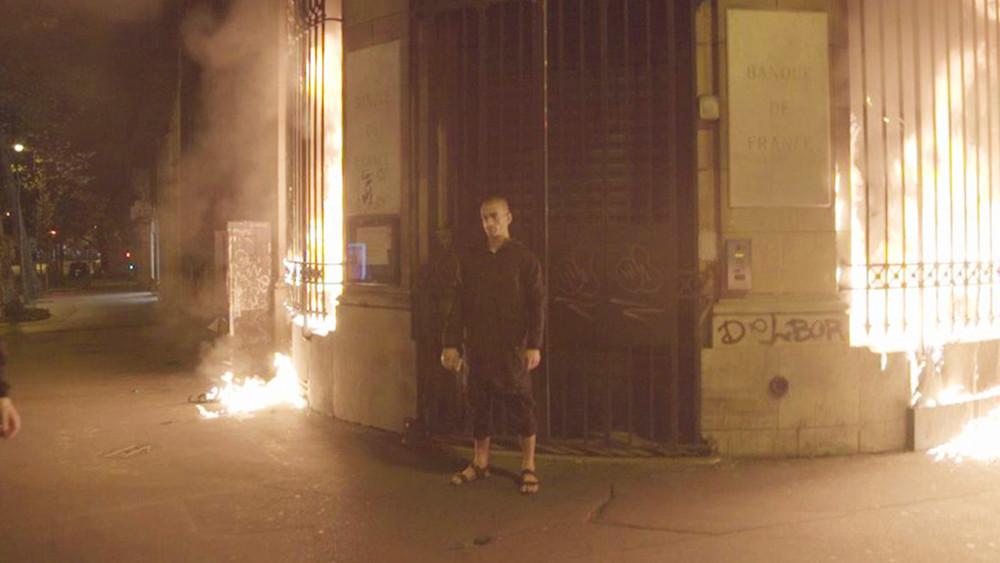 Художника Петра Павленского задержали вПариже заподжог дверей здания Банка Франции