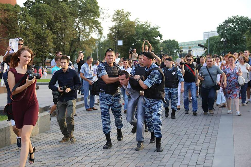 Задержание Денима Бахолдина наМанежной площади. Источник: reedenis.org