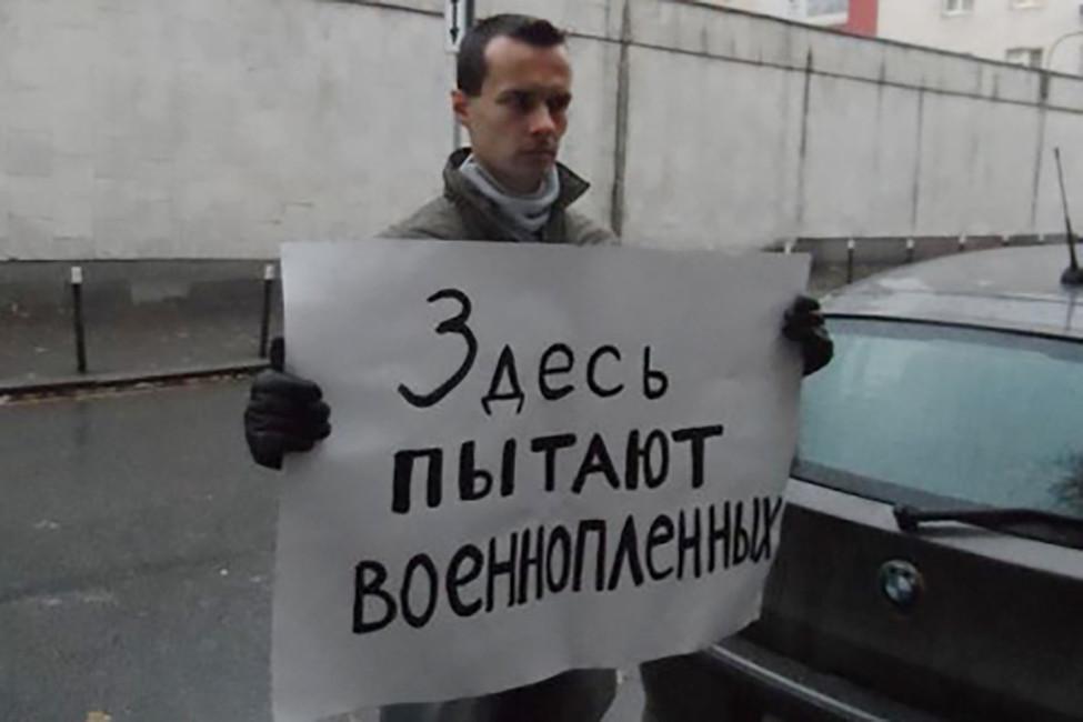Денис Бахолдин содиночным пикетом. Источник: freedenis.org
