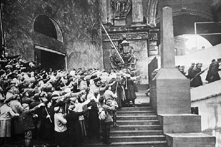 Просмотр иобсуждение фильмов «Взятие Зимнего дворца» и«Падение династии Романовых»